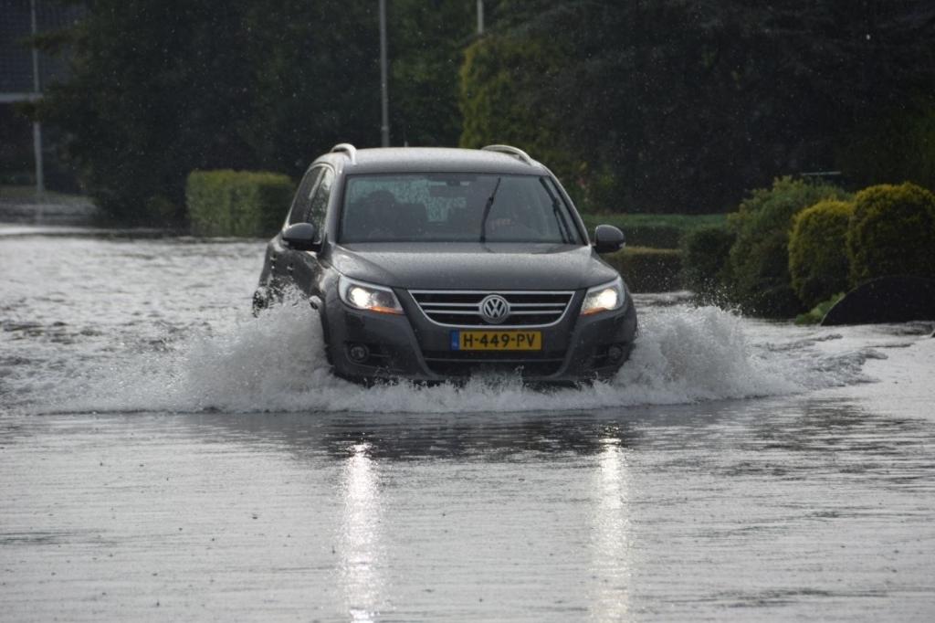 De straten in het centrum van De Westereen onder water, zondagochtend 25 juli 2021. Foto: Noordernieuws © Actief Media