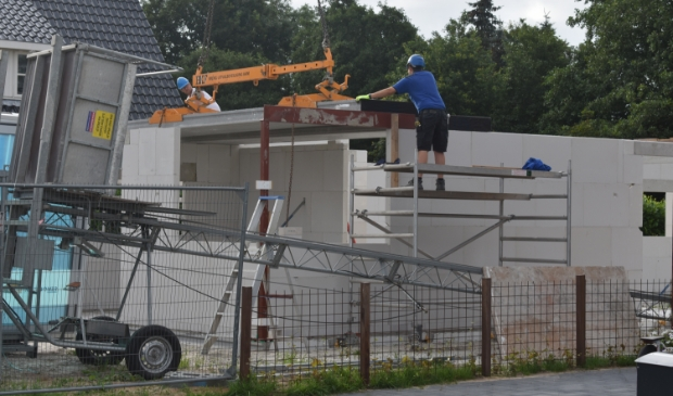 Met behulp van een kraan van Schot Verticaal Transport werden donderdag betonplaten gelegd voor de gloednieuwe woning.