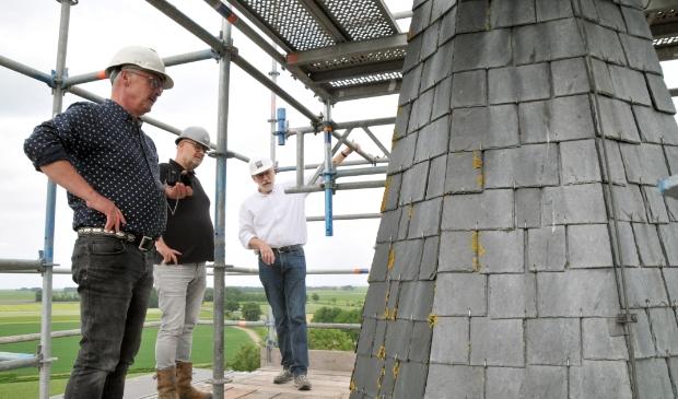 <p>V.l.n.r.: Willem de Graaf, Doede van der Werff en Ab van der Veen bekijken de opgeknapte toren van Brantgum.</p>