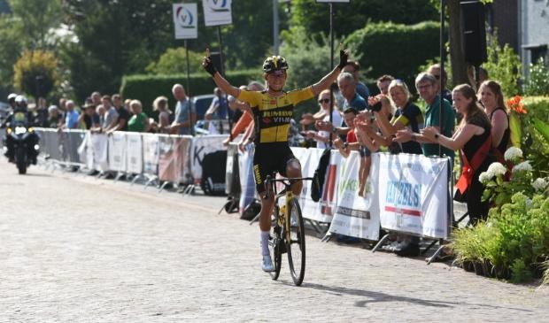 Anouska Koster won maandag met overmacht in het Noordbrabantse Duizel.