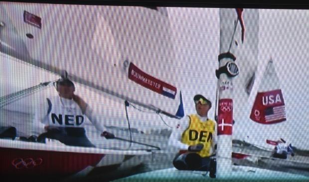 <p>Marit Bouwmeester (links) wordt gehinderd door de Deense.... Rindom, die daarna de wedstrijd verlaat.</p>