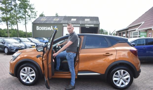 Directeur Kees Boersma toont een nieuwe trend: auto's met een wat hogere instap.