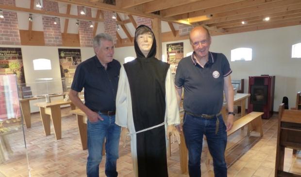 <p>Foto in het kloostermuseum (v.l.n.r.) Co de Wilt (secretaris Claercamp), de koormonnik en Jaap Cuperus (voorzitter De S&ucirc;kerei).</p>