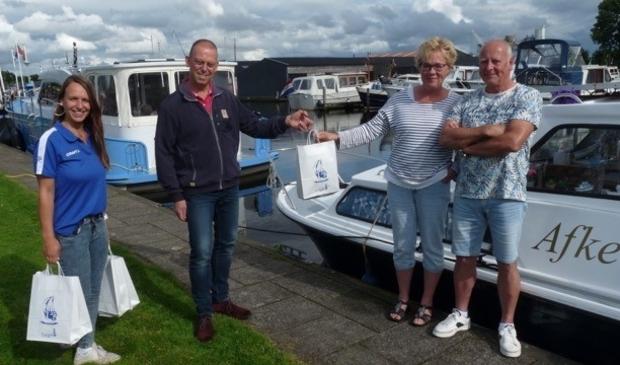 <p>Van links naar rechts: havenmeester Monique Jansen, Jelle Brinksma van de BAK en het echtpaar Harry en Anja Oosterhoff uit Bedum.</p>
