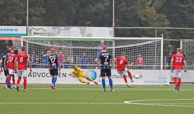 Kian Visser (9) scoort 0-1 tegen ACV. Doelman Ben Wormmeester gokt verkeerd.
