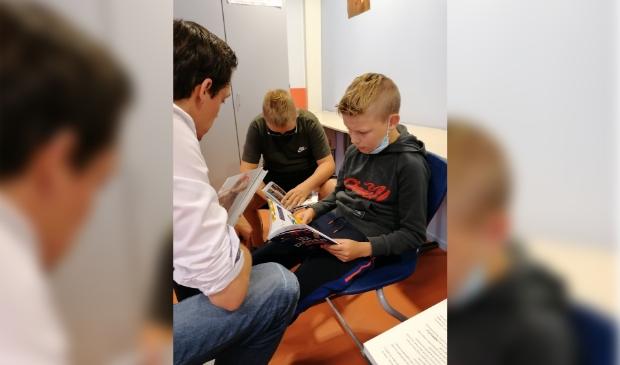 <p>Een leesdetective verrast de leerlingen met meerdere boeken.</p>