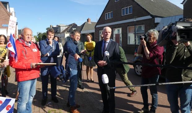 <p>Minister Stef Blok in Ternaard, omringd door actievoerders, politici, fotografen tv-camera&#39;s.</p>