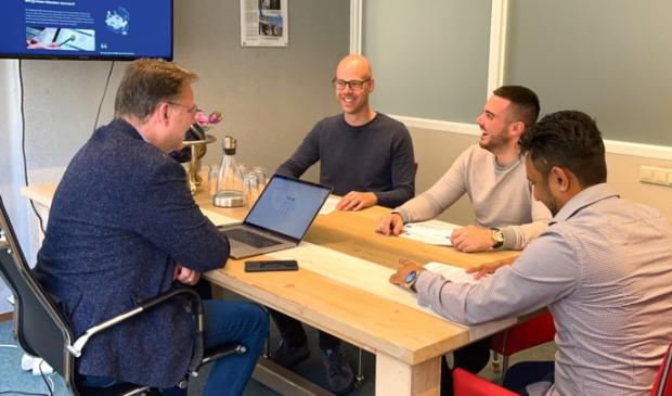 <p>Een deel van het Mediastrateeg-team in een meeting over een lopend project. V.l.n.r. mediastrateeg en directielid Jan Auke Steegstra, vormgever en accountmanager Klaas Zuidersma, online marketeer Jorn de Jong en directielid en social media specialist Vishal Bhagwat.</p>