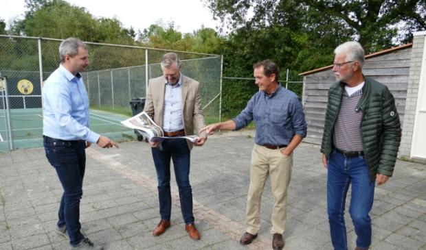F.l.n.r.: Rienk Boskma, wethâlder Gerben Wiersma, Durk Holwerda en Henk Kemper.