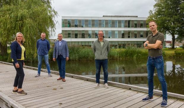 <p>Van links naar rechts voor het Maxima Centrum: Irma Zijlstra (Assurantiebedrijf Zijlstra), Ronald Zijlstra (Ok&eacute;-PC IT), Jelle Wiebe Zijlstra (Assurantiebedrijf Zijlstra), Dirk van der Woude (IntegriPro B.V.) en Kees Noppert (Maxima Centrum).</p>