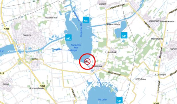 """<p>Het rode symbool betreft &#39;Swimplak Eastermar&#39; in de zuidhoek van de Burgumer Mar. Het betekent: <a href=""""https://www.zwemwater.nl/meldingen#Negatief%20zwemadvies"""" target=""""_blank"""">Negatief zwemadvies,</a> (vanaf 01-05-2021 tot 01-10-2021)<br>Zwemmen ontraden vanwege onvoldoende waterkwaliteit. Grote kans op maag-/darmklachten. </p>"""