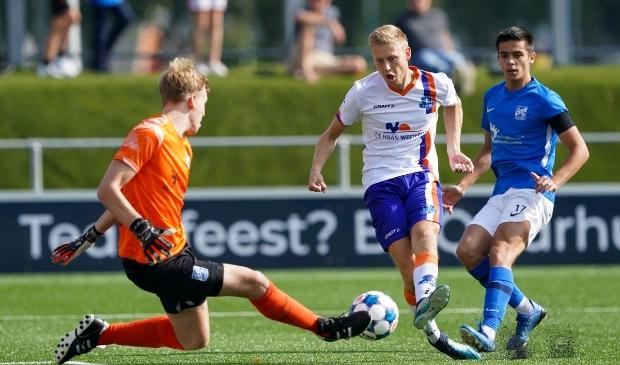 <p>Rolf Dijk (rechts) weet niet te scoren tegen katachtige keper Terpstra van Putten.</p>