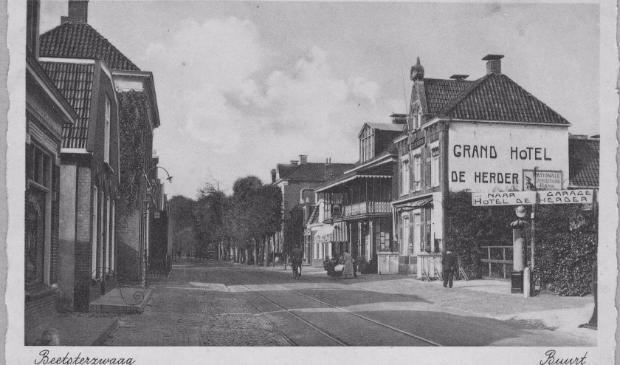 <p>Historische ansichtkaart met de Hoofdstraat van Beetsterzwaag.</p>