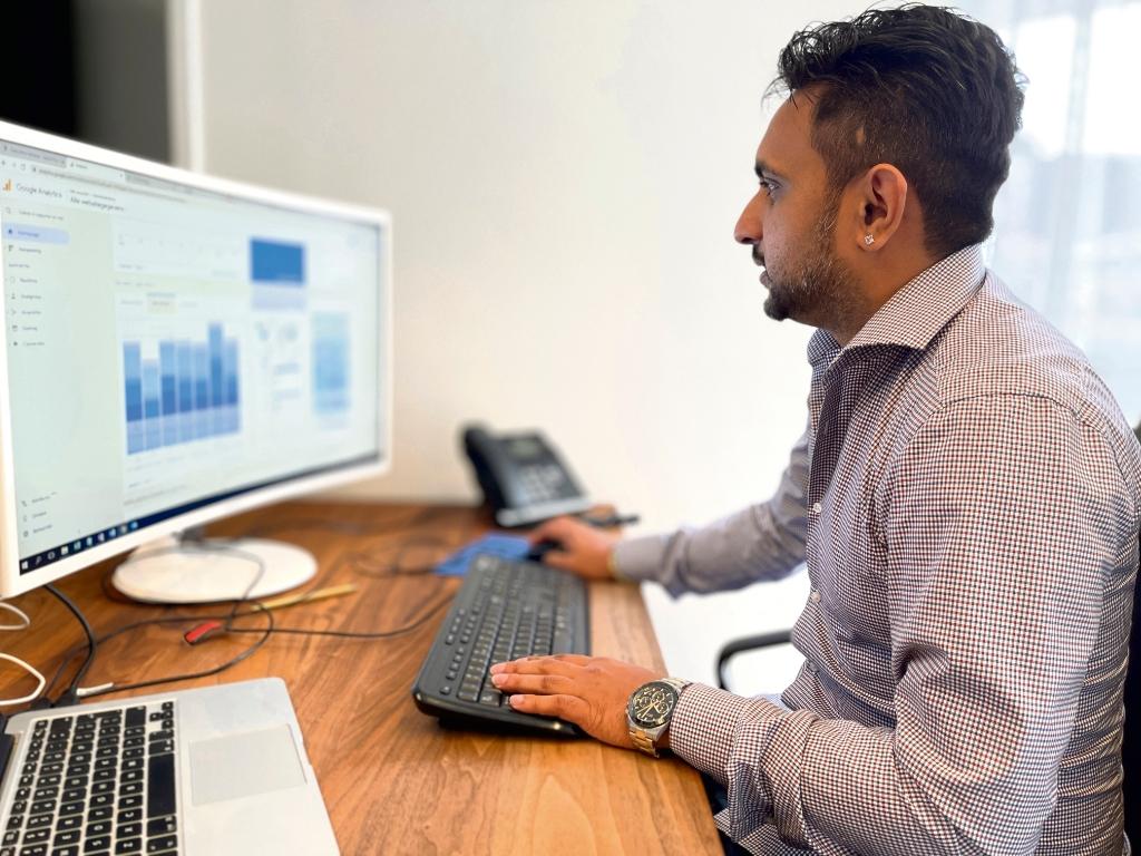 <strong>Vishal Bhagwat, naast directielid ook social media specialist, werkt dagelijks aan de optimalisatie van campagnes.</strong> Foto: Actief Media © Actief Media
