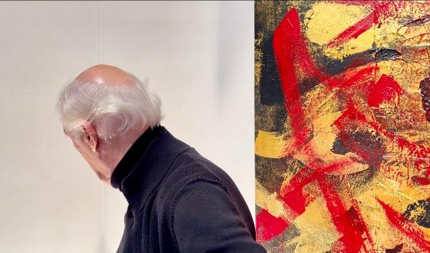 Herman van Veen en een schilderij van hem.