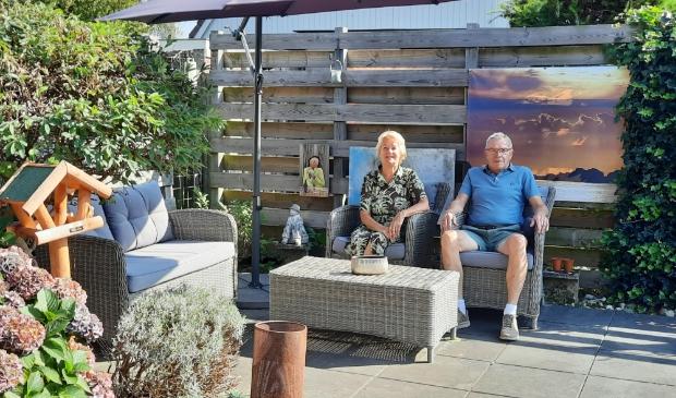 <p>Jan en Jenny Postma in de tuin bij hun woning in Oudehaske.<br><br></p>