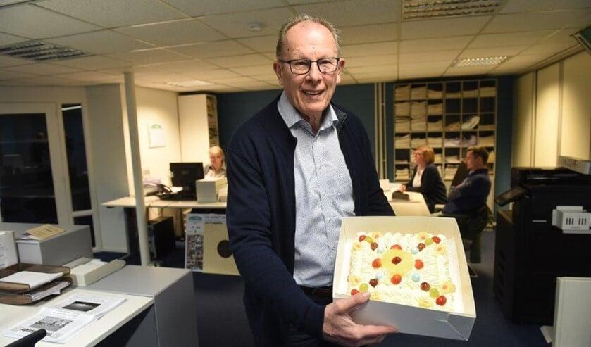 • Wim Heijboer van De Eendrachtbode toont de NNP-taart.