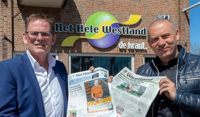 <p>• Ardi Voskamp (l.) en Erhard Soeterbroek tonen de twee kranten.</p>
