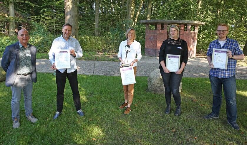 <p>• Alle genomineerden van de Prijs voor de Nieuwsbladjournalistiek 2021 met in het midden winnaar Anne Marie Hoekstra.</p>