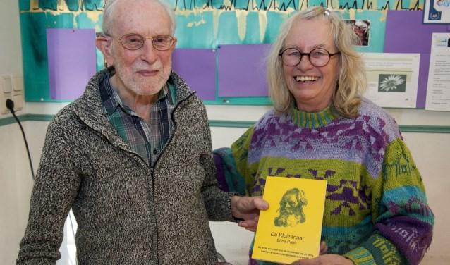 Uitgevers Jan en Marita Klein en het boek De Kluizenaar. Foto: Marion Verhaaf