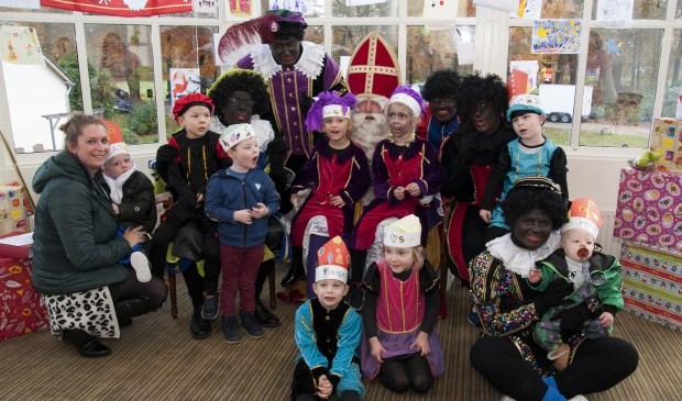 Ook de kleinsten gingen met de Sint op de foto. Foto: MARION VERHAAF