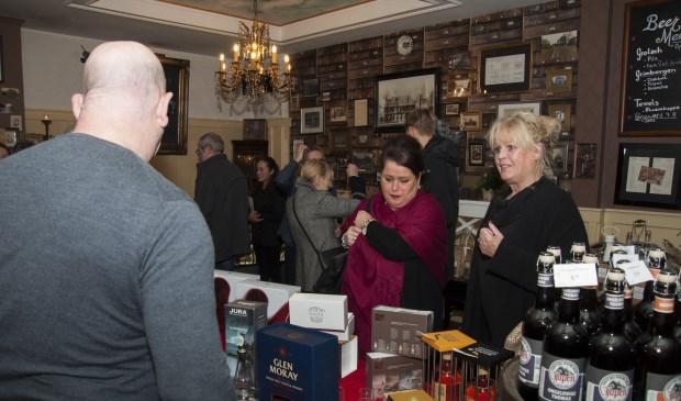 Whisky proeven was in trek, ook bij de dames. Foto: Marion Verhaaf