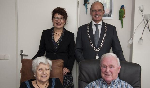 Margaretha en Gerrit geflankeerd door burgemeester Van Hedel en zijn vrouw.