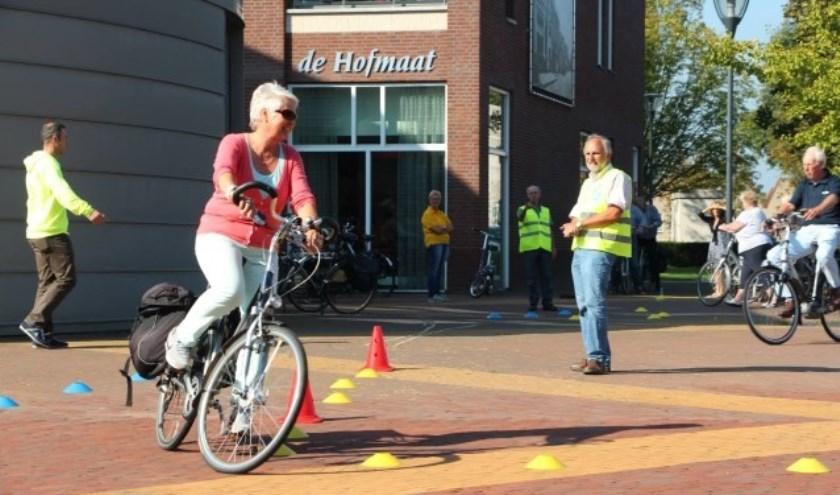 Op een fietsparcours kunnen senioren hun fietsvaardigheid oefenen. (foto Fietsersbond)