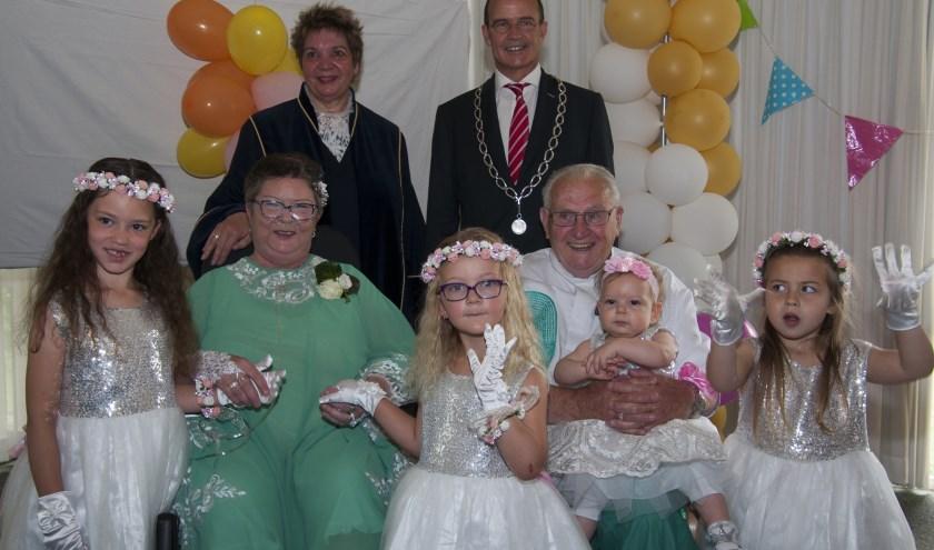 Foto: Het bruidspaar geflankeerd door burgemeester Van Hedel en Elly Florax (BABS) en hun kleinkinderen. Foto: Marion Verhaaf
