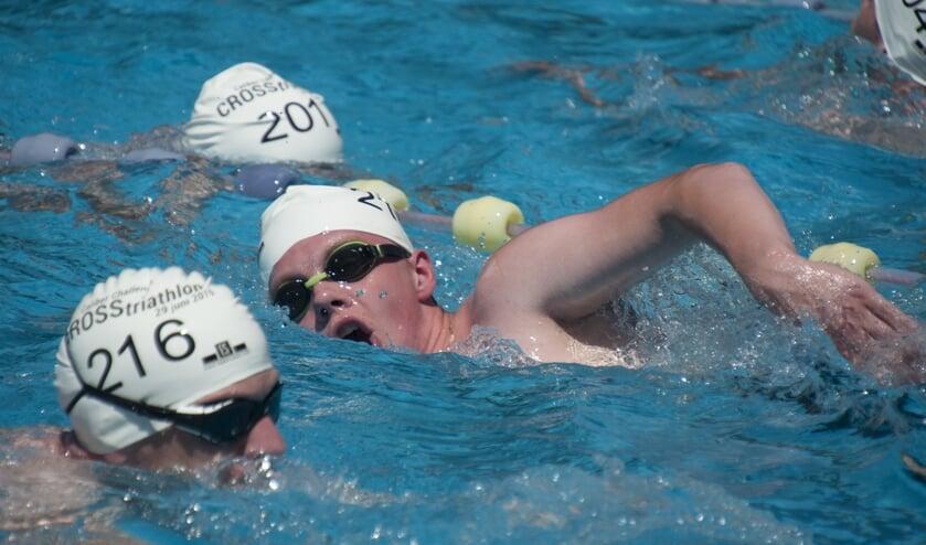 De eerste kilometer van de 1/4 triathlon wordt afgelegd in het zwembad. Foto: Marion Verhaaf