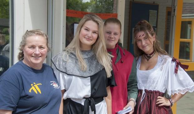 In toepasselijke kleding kwamen de dames folders uitdelen bij de Pancratiusschool in Brummen. Foto: Marion Verhaaf