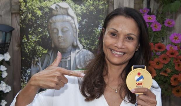 Supertrotse Sandra Joannes toont haar gouden medaille. Foto: Marion Verhaaf