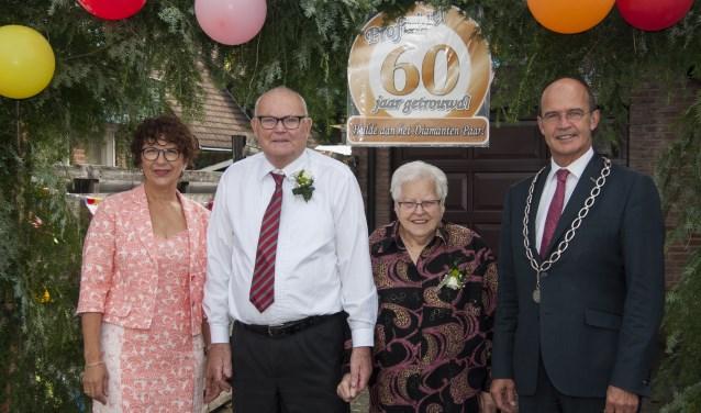 Bruidspaar Tonnie (81jr) en zijn Dora (85jr) geflankeerd door burgemeester van Hedel en zijn vrouw. Foto: Marion Verhaaf
