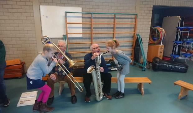Annemoon en Karlijn op de sax en de trombone. Foto: Lammert Hissink