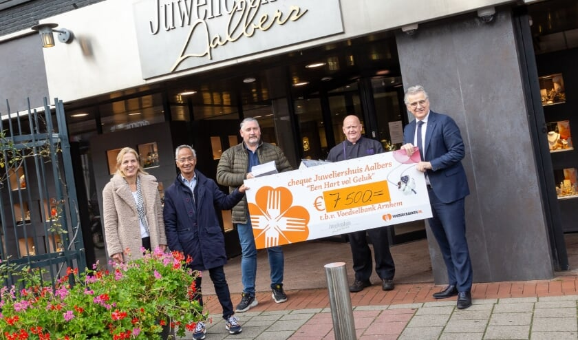 <p>Hans Aalbers overhandigt namens Juweliershuis Aalbers opnieuw een cheque van &euro; 7.500,- aan de Voedselbank</p>