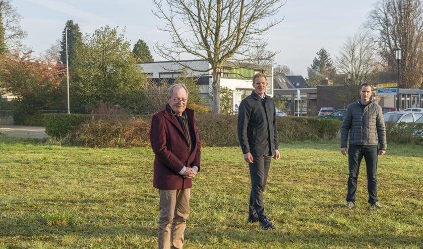 Vlnr: Henk Poldermans (Dorpsraad), Pouwel Inberg (wethouder) en Jelke Bouma (Ondernemersvereniging) op het Van Limburg Stirumplein.