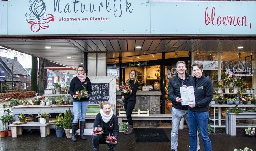 Trotse eigenaren Marcel en Bianca Straatman voor hun winkel, samen met hun personeel. Foto: Marion Verhaaf