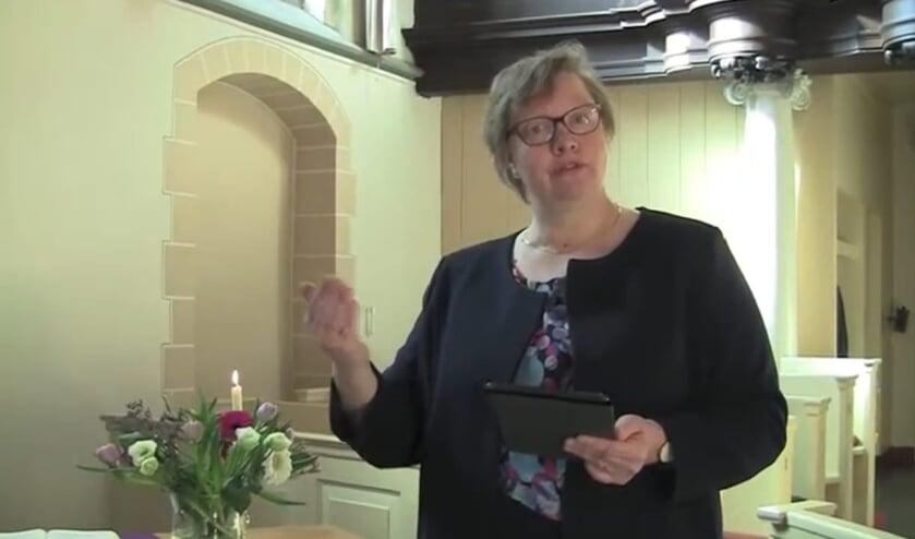 Pastor Aantjes tijdens de opnames in de Ludgeruskerk.