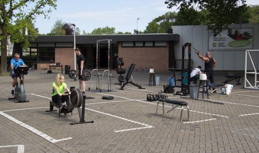 Een kleine groep sporters tegelijk, kan buiten eindelijk weer aan het bewegen. Foto: Marion Verhaaf