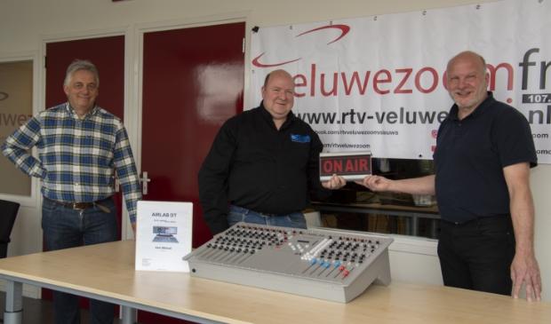 Vlnr Guus Koster, Marco Eikenboom en Harrie Jansen. In het midden de Airlab DT mengtafel. Foto: Marion Verhaaf