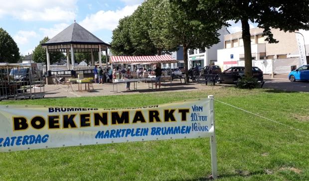 Gezellige drukte op de eerste boekenmarkt in 2020 van het BMK op het Marktplein te Brummen