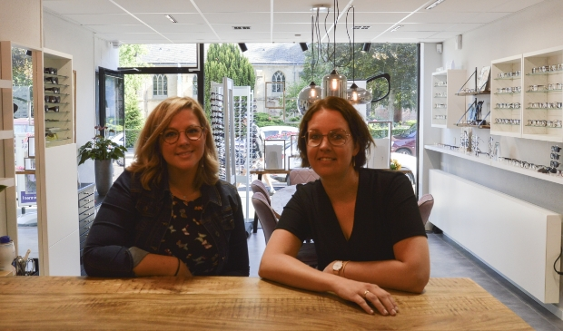 Kirsten du Breuil (r) en Meggy Steneker bekijken onder andere samen met u welke bril u het meest bevalt. Foto: Marion Verhaaf