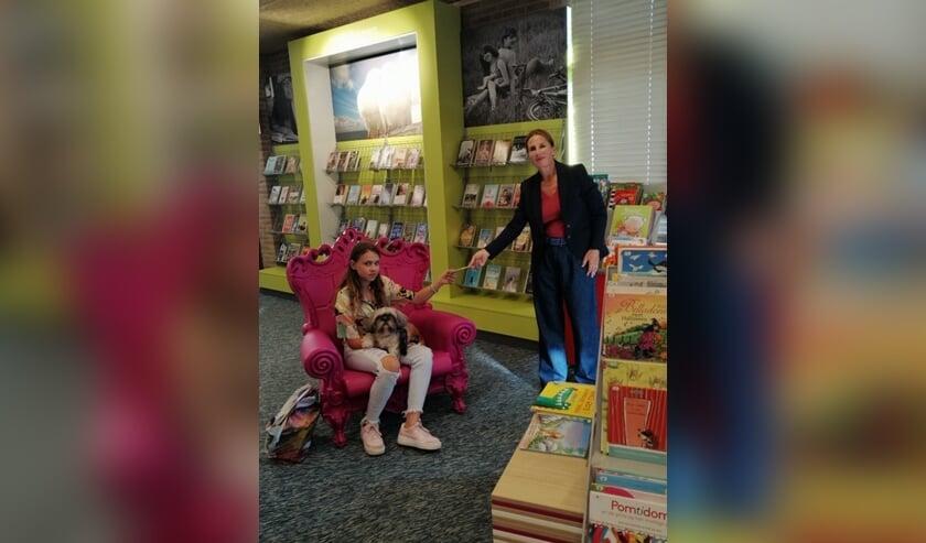 Eliza Beeuwkes en hond Summer | Rechts: Sylvia van den Top, communicatieadviseur Bibliotheek