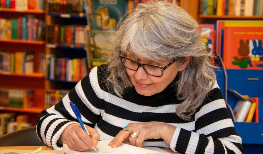 <p>Mardjan signeert haar boek. Foto: Marion Verhaaf</p>