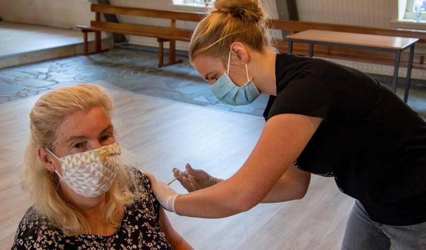 <p>Jose van der Meulen krijgt haar vaccinatie. Foto: Marion Verhaaf</p>