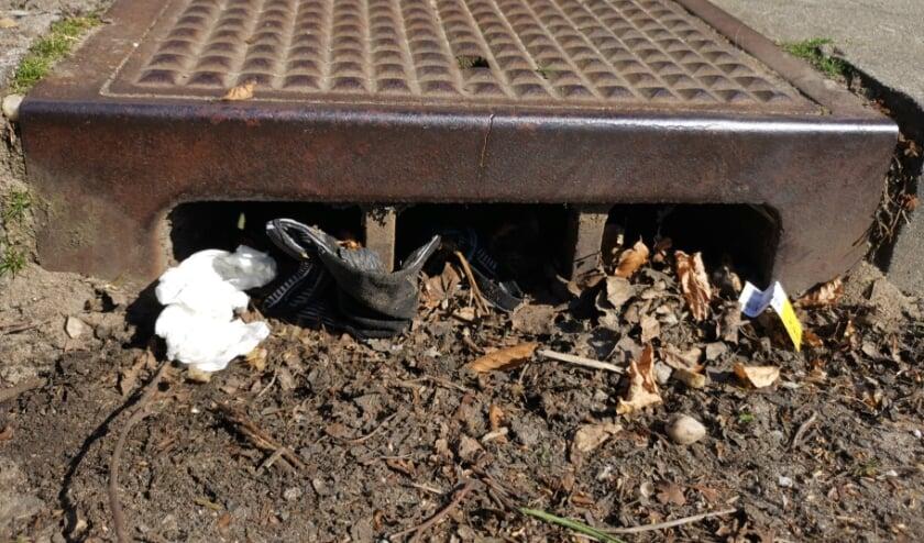 <p>Verstopte straatputten zorgen voor milieuvervuiling, schade en overlast. Foto: Natasja Groenewold</p>