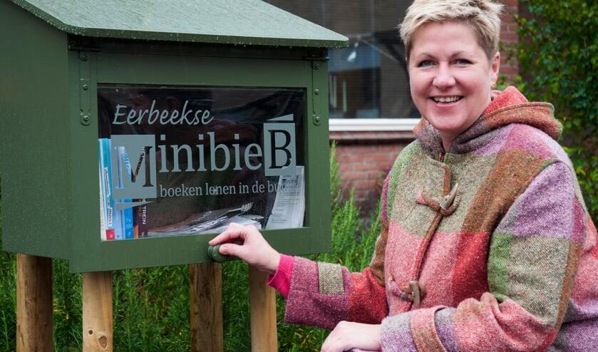 Lian Brandsma beheert 'Minibieb Eerbeek' Foto: Marion Verhaaf.