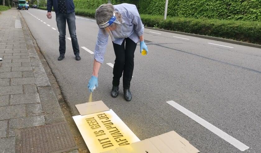 <p>Wethouder Sjerps brengt de eerste graffiti aan. Foto: Natasja Groenewold</p>