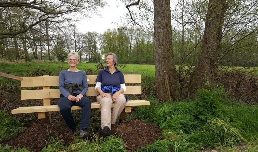 Berta Holdijk en Jaqueline Tempessy waren de eerste gebruikers van het bankje. Foto: Berta Holdijk