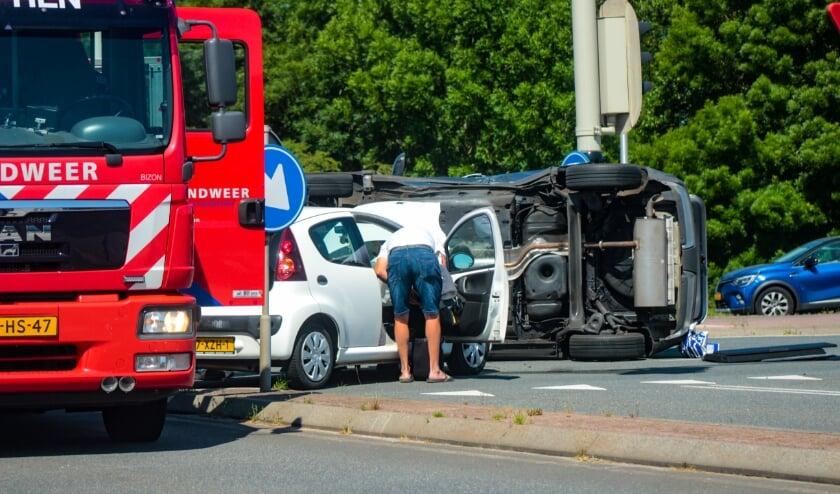 <p>Een van de auto&rsquo;s is na de botsing op zijn kant terecht gekomen. Foto: Tijn Jonker</p>